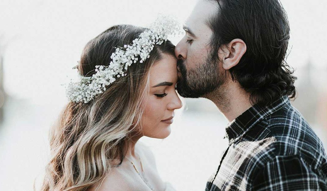 Мъж целува невеста